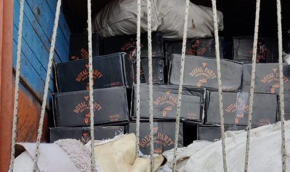 पकडे़ गए ट्रक में रखी शराब की पेटियां।
