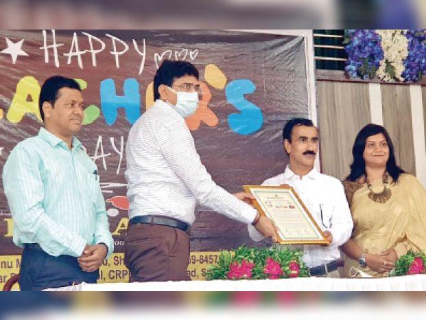 शिक्षक दिवस पर बीआरसीसी अंगद सिंह तोमर को सम्मानित करते हुए। - Dainik Bhaskar