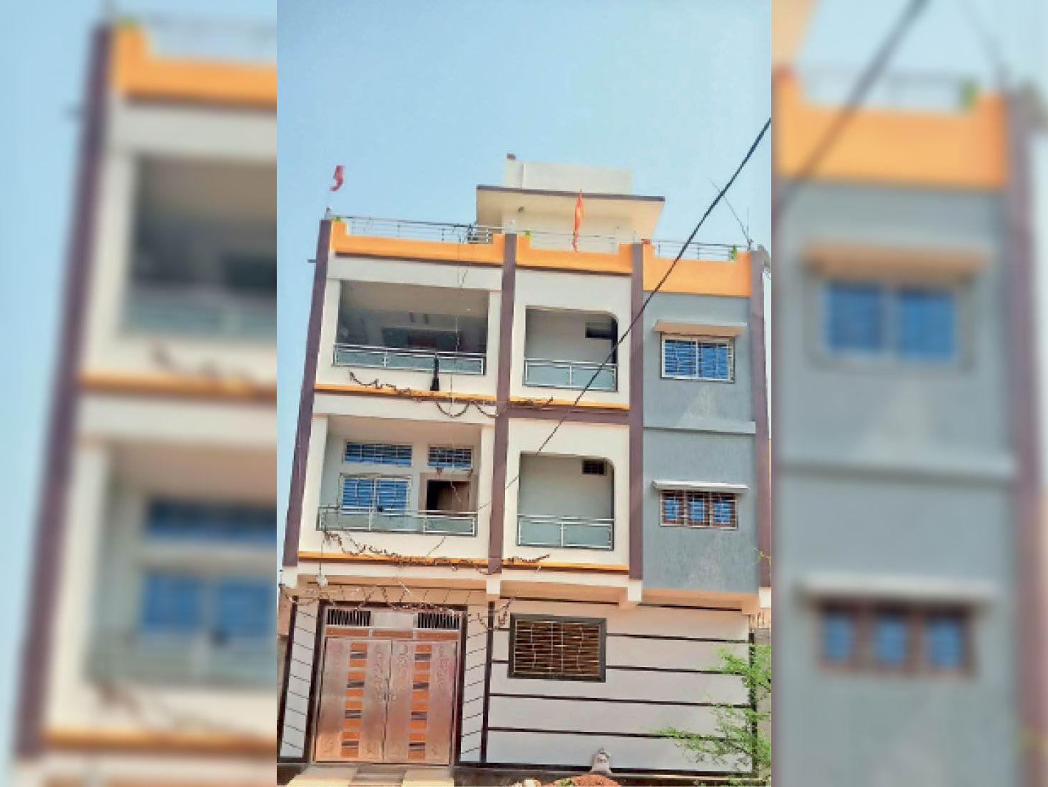 जिला केंद्रीय सहकारी बैंक (सीसीबी) शाखा कोलारस के कैशियर राकेश पाराशर का आलीशान घर। - Dainik Bhaskar