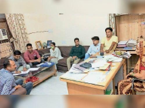 रिश्वत लेते पकड़े गए जेईएन व एईएन के घर सर्च करती एसीबी टीम। - Dainik Bhaskar