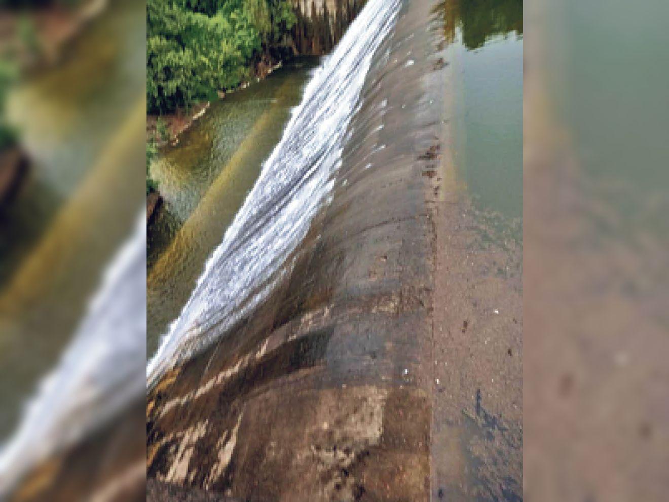 जिले में खेरवाड़ा क्षेत्र का दो नदी बांध सोमवार को तेज बारिश से ओवर फ्लो हो गया। - Dainik Bhaskar
