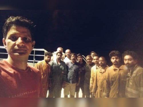 पोर्ट पर फंसे भारतीय - Dainik Bhaskar