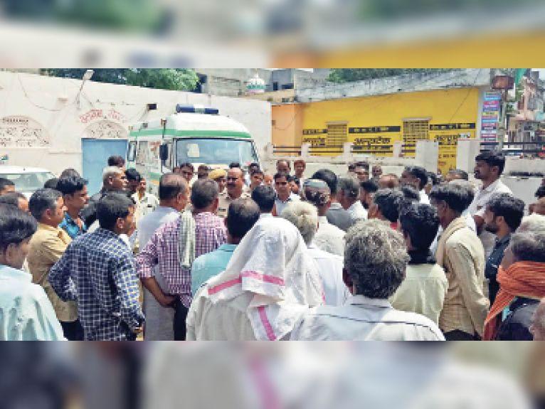 मुआवजे के लिए पीएचसी के बाहर हंगामा करते परिजनों को एसडीओ और डीएसपी ने समझाया। - Dainik Bhaskar