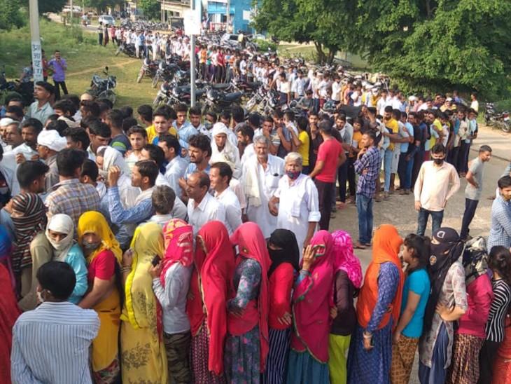 वैक्सीनेशन शिविर में उमड़ी भीड़। - Dainik Bhaskar