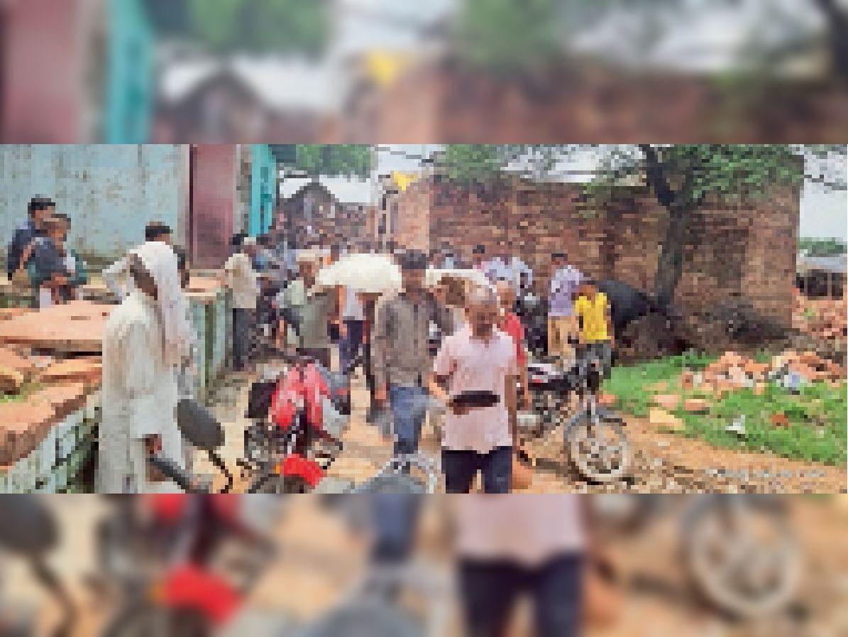 मुकेश के पिता के शव को अंतिम संस्कार के लिए ले जाते लोग। - Dainik Bhaskar