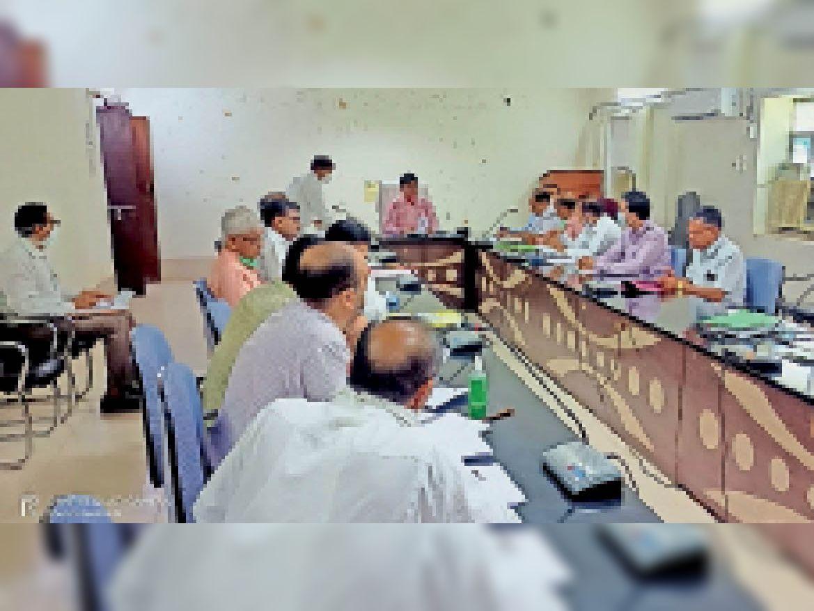 नीति आयोग की बैठक में समीक्षा करते कलेक्टर एवं अन्य अधिकारी। - Dainik Bhaskar