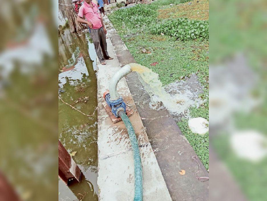 जल निकासी की कोशिशि शहर के न्यू कॉलोनी में जमे पानी को निकालने के लिए नप ने लगाया छोटा सा पंप सेट - Dainik Bhaskar