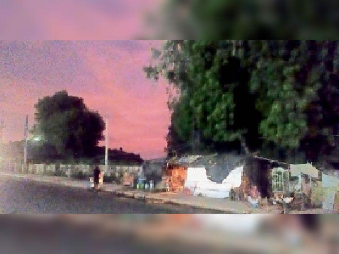 मचकुंड रोड पर छाया अंधेरा। - Dainik Bhaskar