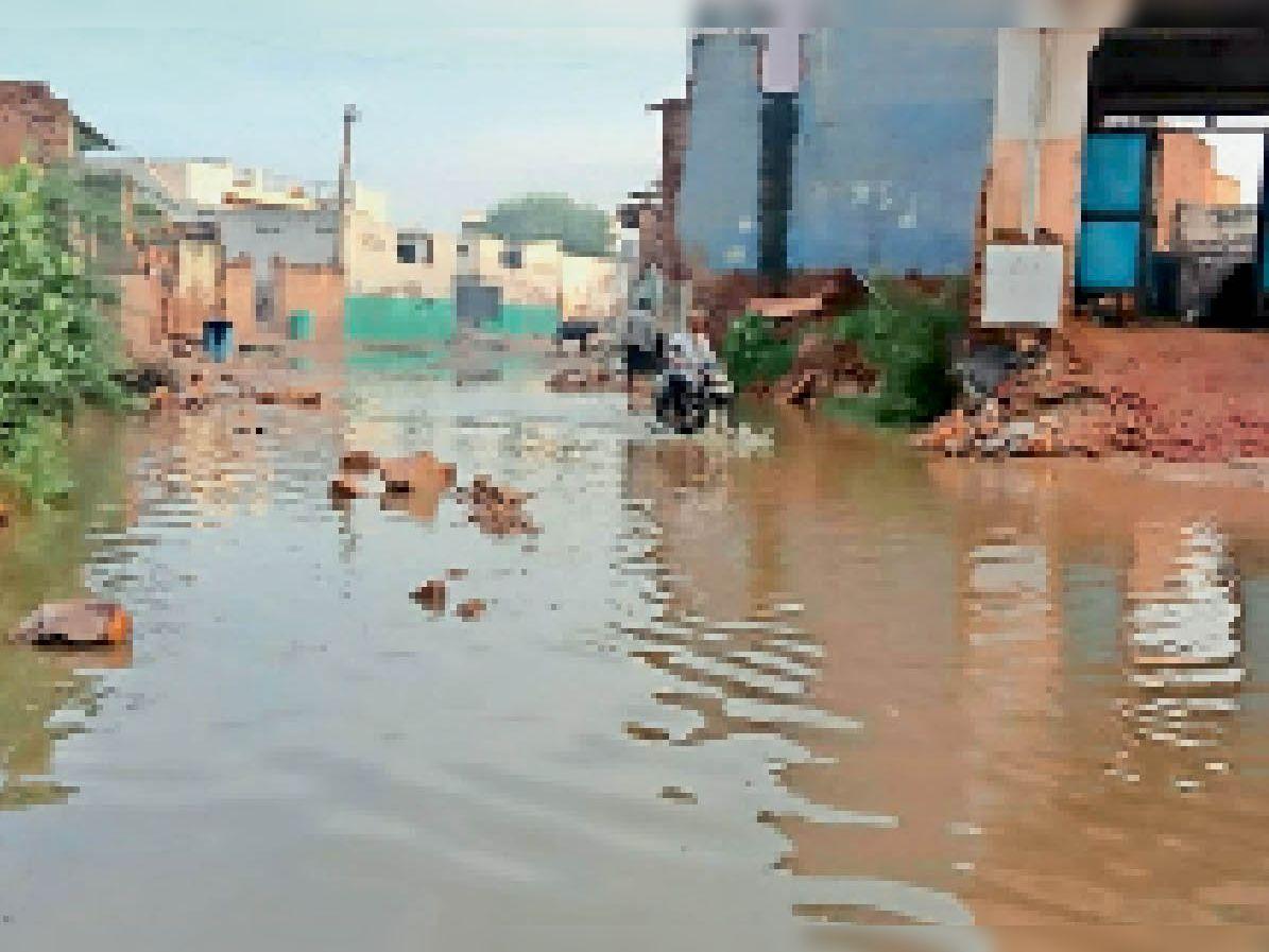 पथवारी गांव में परिक्रमा मार्ग में जमा बरसात का पानी। - Dainik Bhaskar