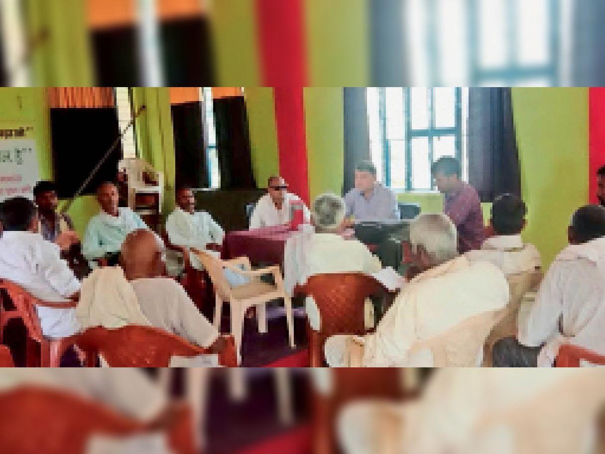 जनसुनवाई के दौरान लोगों की समस्याएं सुनते सरपंच। - Dainik Bhaskar