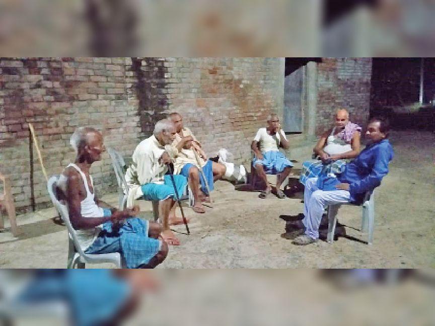 पंचायत चुनाव को लेकर चौपाल में चर्चा करते गांव के बुजुर्ग। - Dainik Bhaskar