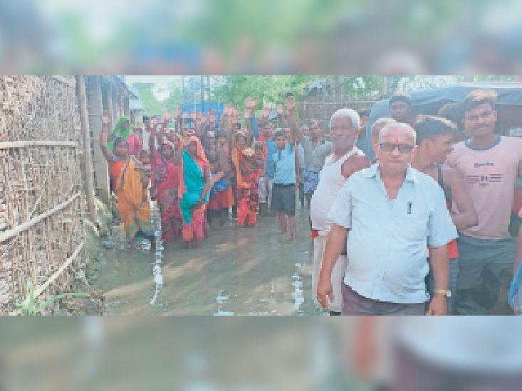 राहत सामग्री की मांग को लेकर विरोध-प्रदर्शन करते चिरौरी के ग्रामीण। - Dainik Bhaskar
