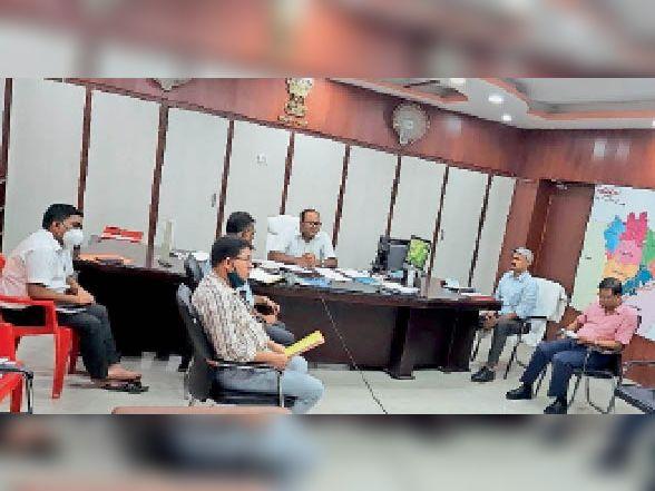 पंचायत चुनाव को लेकर समाहरणालय में बैठक में मौजूद अधिकारियों को निर्देश देते डीएम। - Dainik Bhaskar