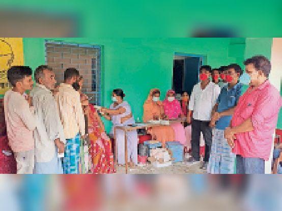 सोन्था आयोजित कैंप में टीका लगाती स्वास्थ्य कर्मी। - Dainik Bhaskar