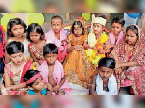 मटका फोड़ कार्यक्रम में शामिल बच्चे। - Dainik Bhaskar