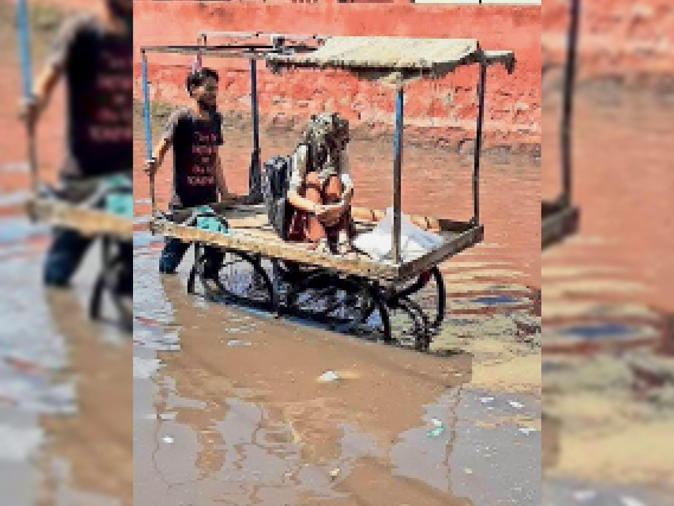 सोमवार को पानी भरने के कारण सुभाष चौक से पंखा एवं जौहरी सागर से झारिया मोरी का आवागमन बंद हो गया। सड़क पर 2 फीट तक पानी भर गया। देर शाम तक निकासी नहीं हो पाई। लोगों ने बताया कि पानी निकासी के लिए नगर परिषद में वे फोन करते रहे, मगर किसी ने जौहरी पंपहाउस की मोटरें चालू नहीं की।। फोटो-सुभाष चौक से पंखा सर्किल जाने वाली रोड पर ठेले में बैठकर परीक्षा केंद्र जाती छात्रा। - Dainik Bhaskar
