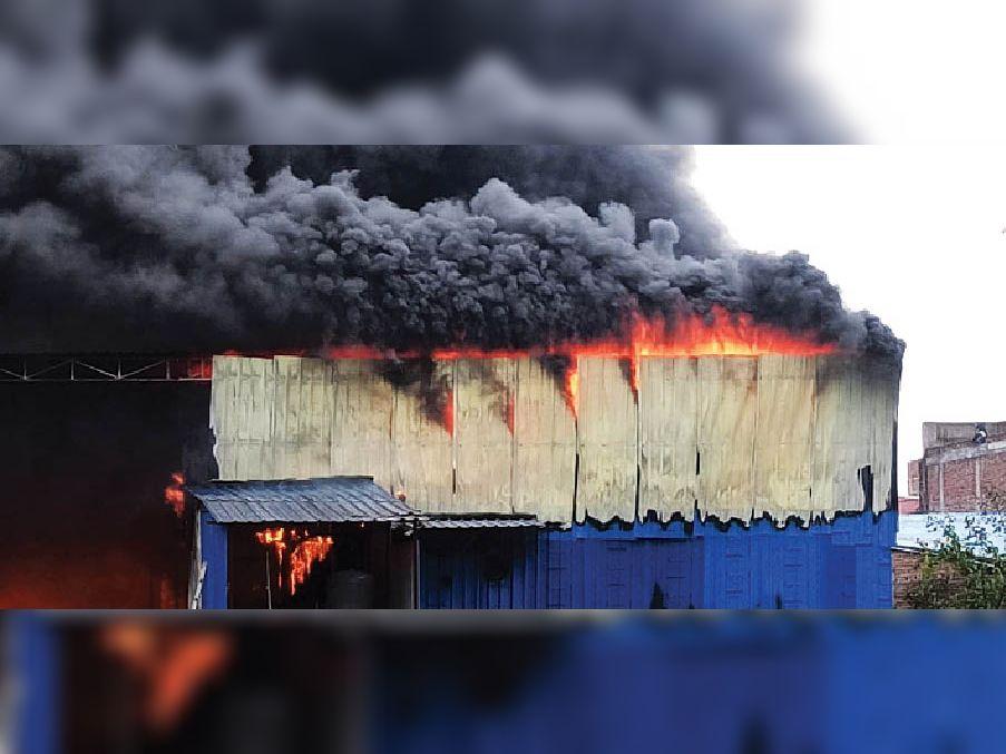 जलती फैक्ट्री से उठता धुएं का गुबार: नया बाजार स्थित नमकीन की फैक्ट्री इसी तरीके से डेढ़ घंटे तक जलती रही। - Dainik Bhaskar