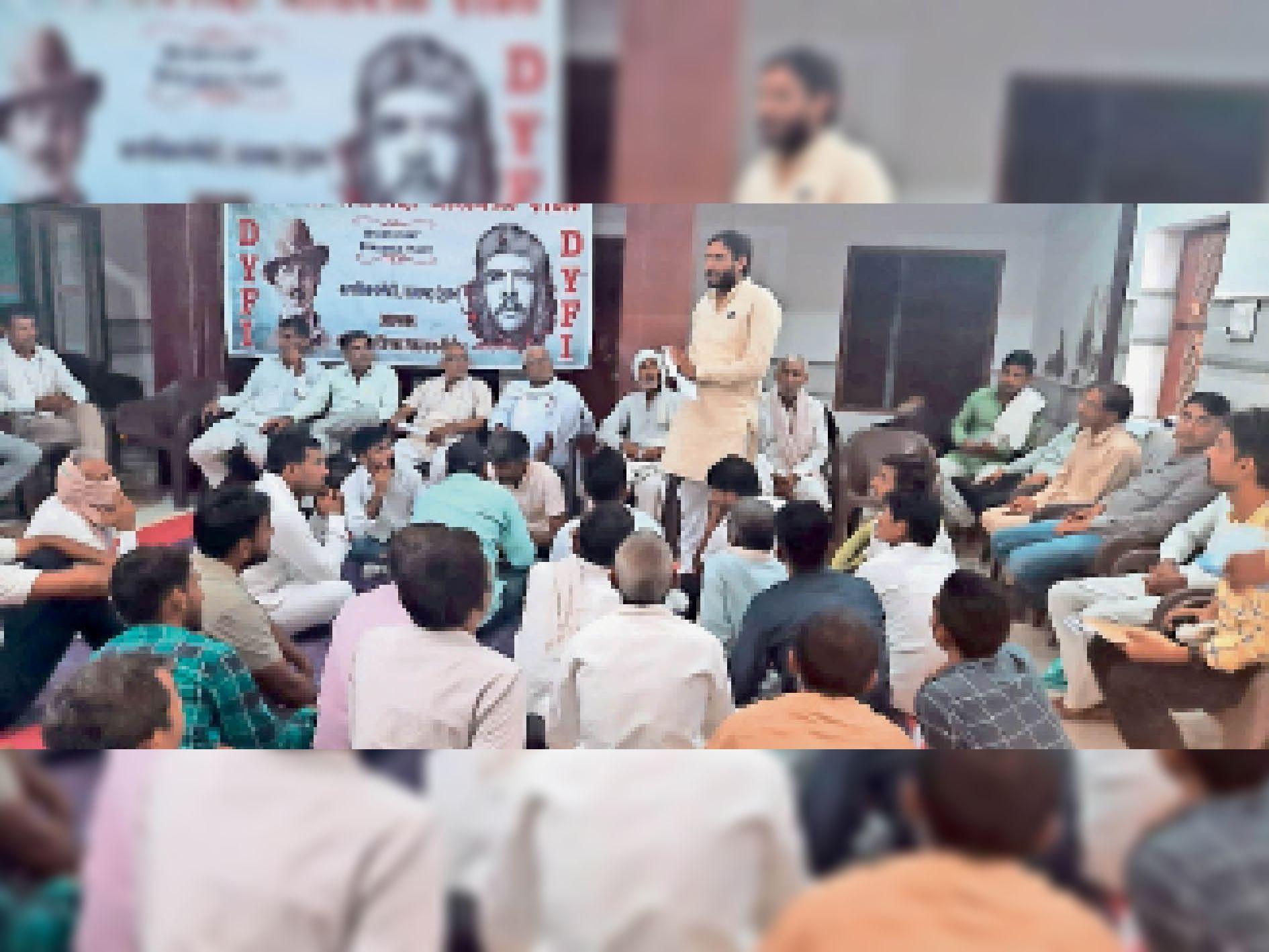 डीवाईएफआई के तहसील स्तरीय सम्मेलन में उपस्थित कार्यकर्ताओं को संबोधित करते काॅमरेड सुनील पूनिया। - Dainik Bhaskar