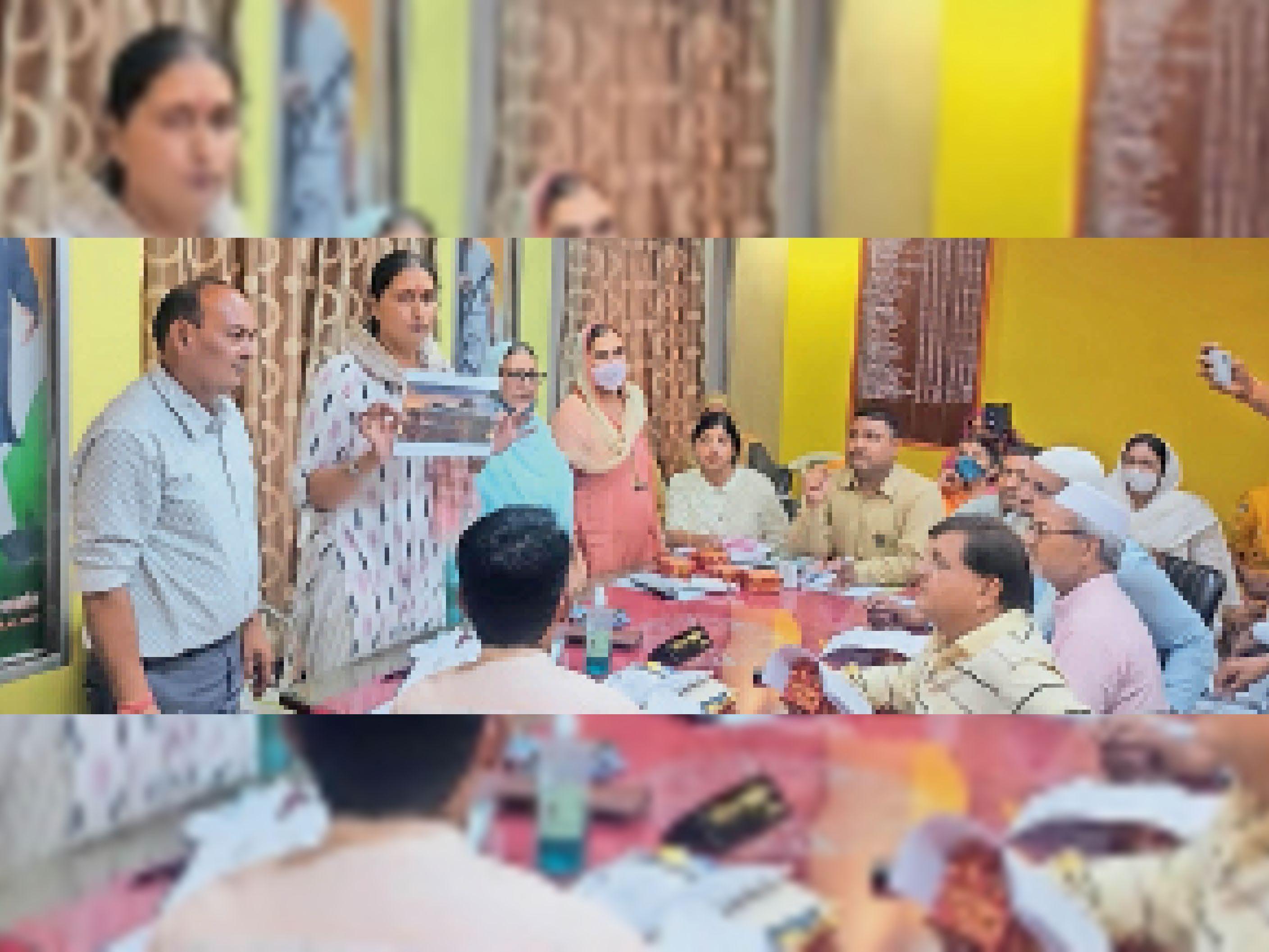 पालिका की बैठक में पार्षदों को नए भवन का नक्शा दिखातीं विधायक डॉ. कृष्णा पूनिया। - Dainik Bhaskar