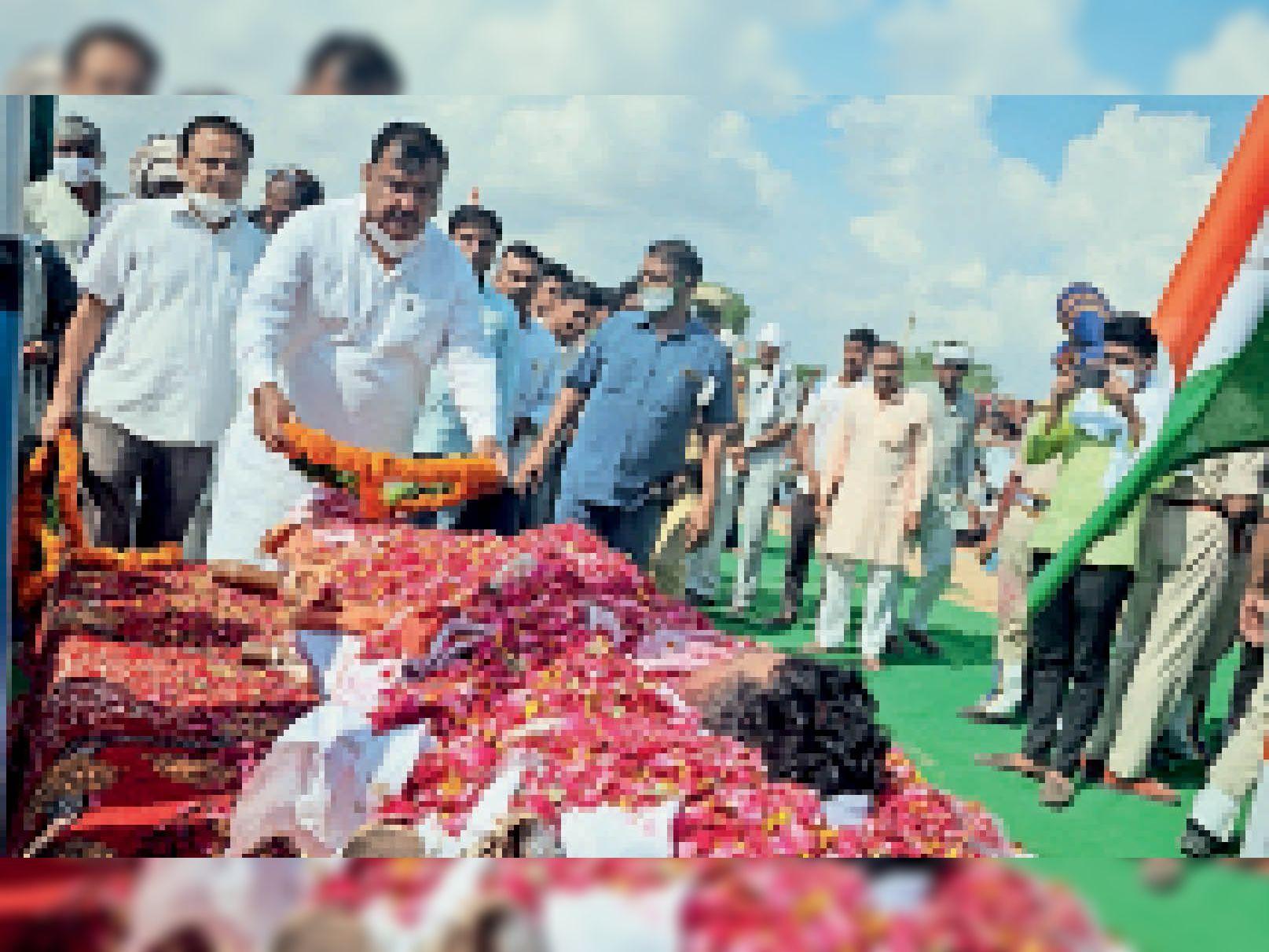पुष्प चक्र अर्पित कर कृष्ण को श्रद्धांजलि देते तारानगर विधायक बुडानिया। - Dainik Bhaskar