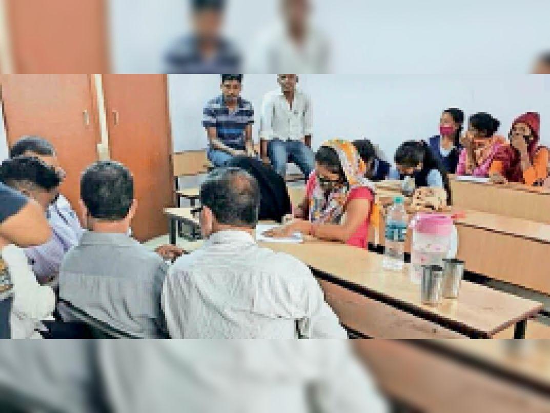 केयू छात्रसंघ व अफसरों के सामने छात्रा लिखित शिकायत करती। - Dainik Bhaskar