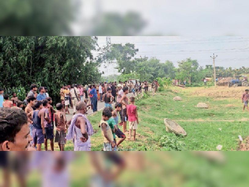 भवानीपुर में घटनास्थल पर मौजूद पुलिस व ग्रामीणों की भीड़। - Dainik Bhaskar