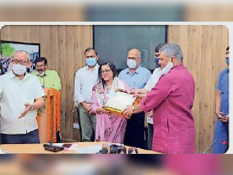 पटना में नम्रता को सम्मानित करते शिक्षा मंत्री। - Dainik Bhaskar