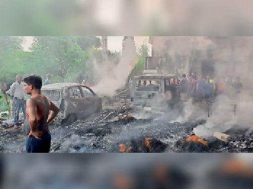 फैक्ट्री के बगल में स्थित होटल परिसर में खड़ी दो वाहनें जली।