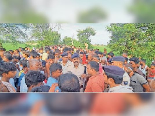 हत्या के बाद आक्रोशित लोगों की समझाते पुलिस अधिकारी व जवान।