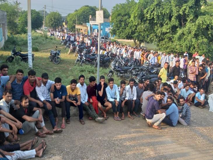वैक्सीन टोकन के इंतजार में बिना मास्क लगाए बैठे लोग।