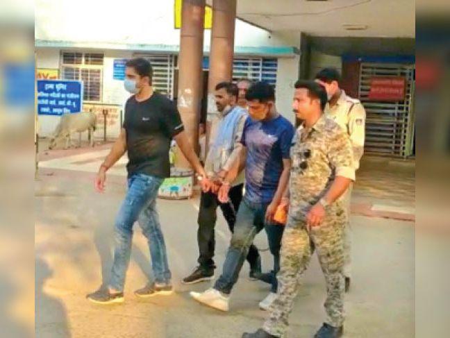 आरोपियों को कोर्ट ले जाती पुलिस। - Dainik Bhaskar