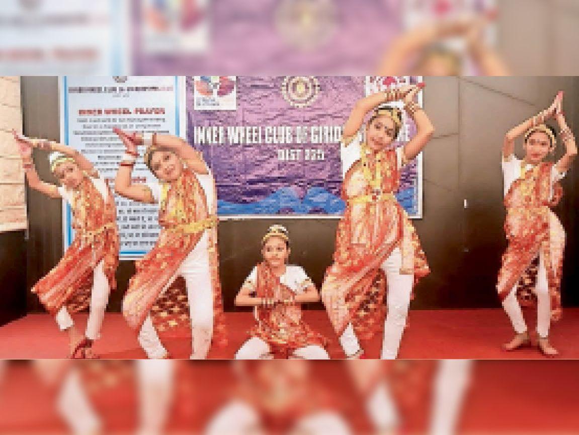 शिक्षक सम्मान समारोह में सांस्कृतिक कार्यक्रम प्रस्तुत करतीं छात्राएं। - Dainik Bhaskar