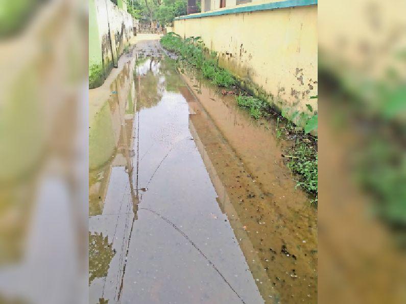 वार्ड नंबर पांच शास्त्रीनगर में सड़क पर लगा पानी। - Dainik Bhaskar