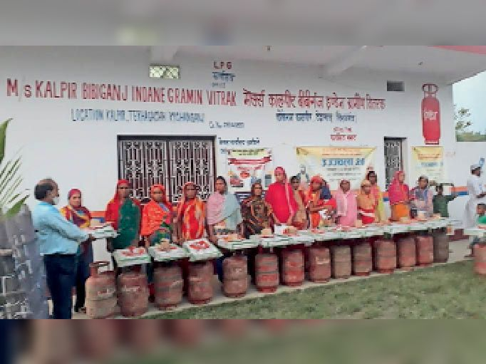 कालपीर में महिलाओं को नि:शुल्क गैस सिलेंडर वितरण करते प्रोपराइटर। - Dainik Bhaskar