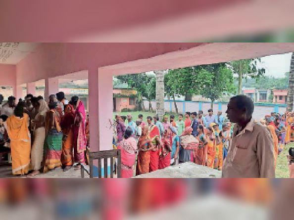 टीकाकरण के लिए कतार में खड़े लोग। - Dainik Bhaskar