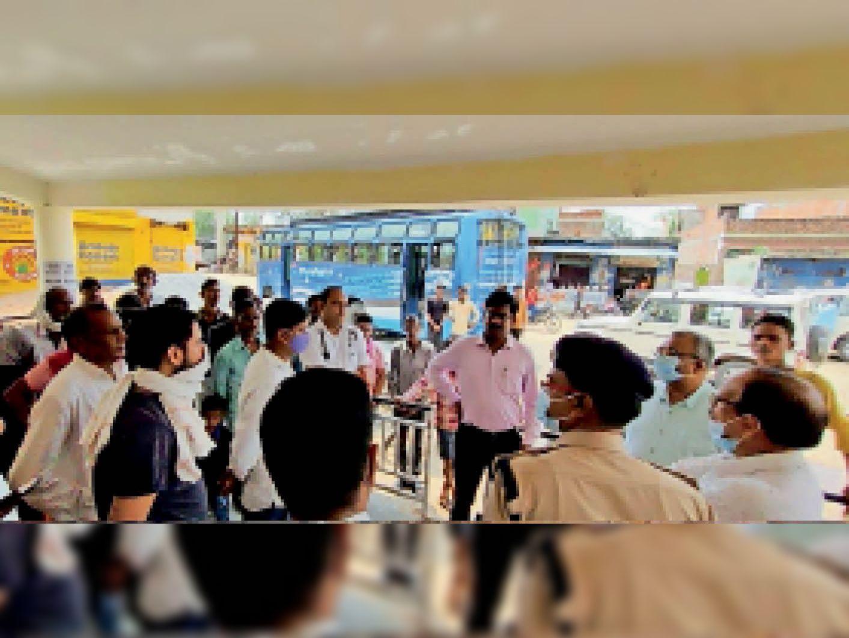 लहार में नाके पर यात्रियाें से चर्चा करते कलेक्टर, एसपी। - Dainik Bhaskar