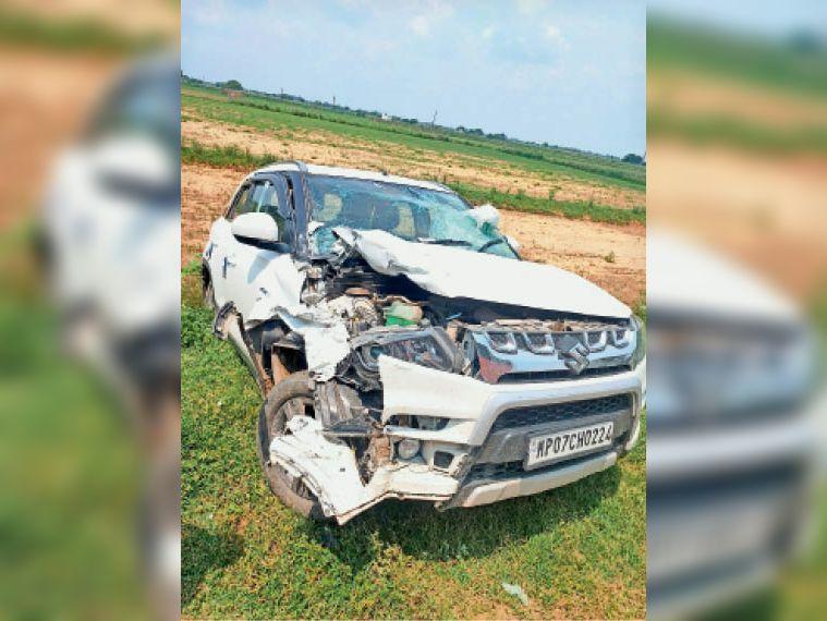 बीईओ की दुर्घटनाग्रस्त कार। - Dainik Bhaskar