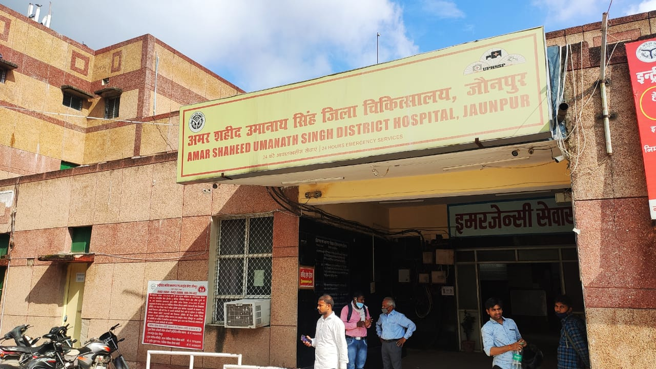 अस्पताल में नहीं हैं स्वास्थ्य सेवाएं।