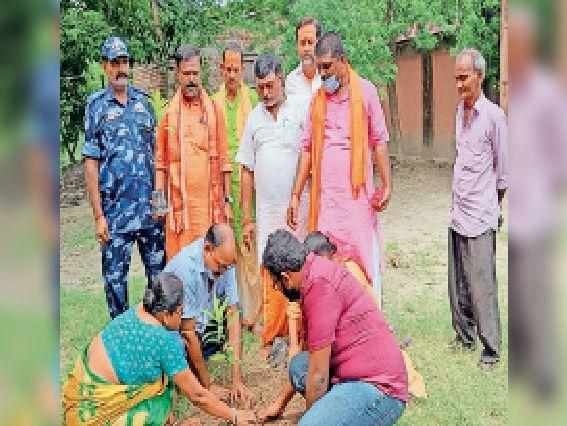 मंत्रोच्चार के साथ पौधा लगाते हुए लोग। - Dainik Bhaskar