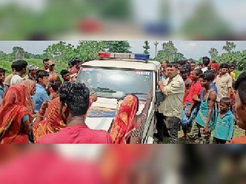 बदमाशों को ले जाती पुलिस गाड़ी को रोकते ग्रामीण। - Dainik Bhaskar