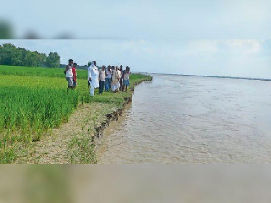 बेलवाड़ा पंचयात में कटाव का निरीक्षण करते जल संसाधन विभाग के पदाधिकारी - Dainik Bhaskar