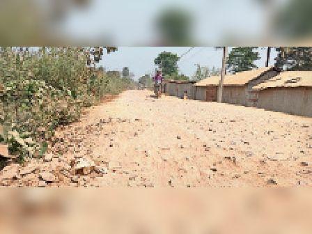 मंझेलि से महराजपुर होते हुए बरसोनी को जोड़ने वाली जर्जर सड़क। - Dainik Bhaskar