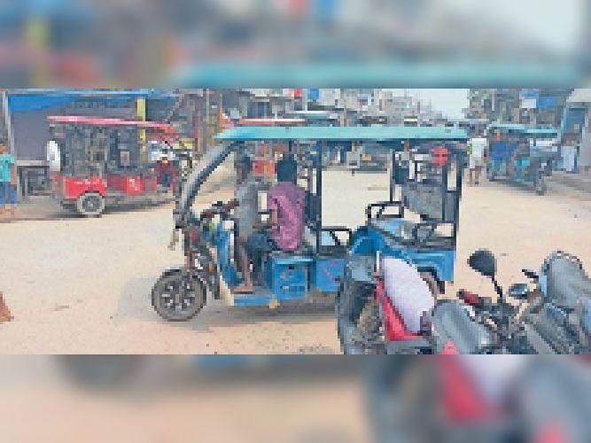 ई-रिक्शा चलाता नाबालिग। - Dainik Bhaskar