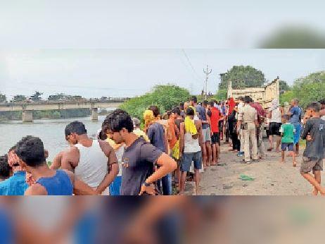 शव मिलने के बाद दरियापुर पुल के पास लोगों की भीड़। - Dainik Bhaskar