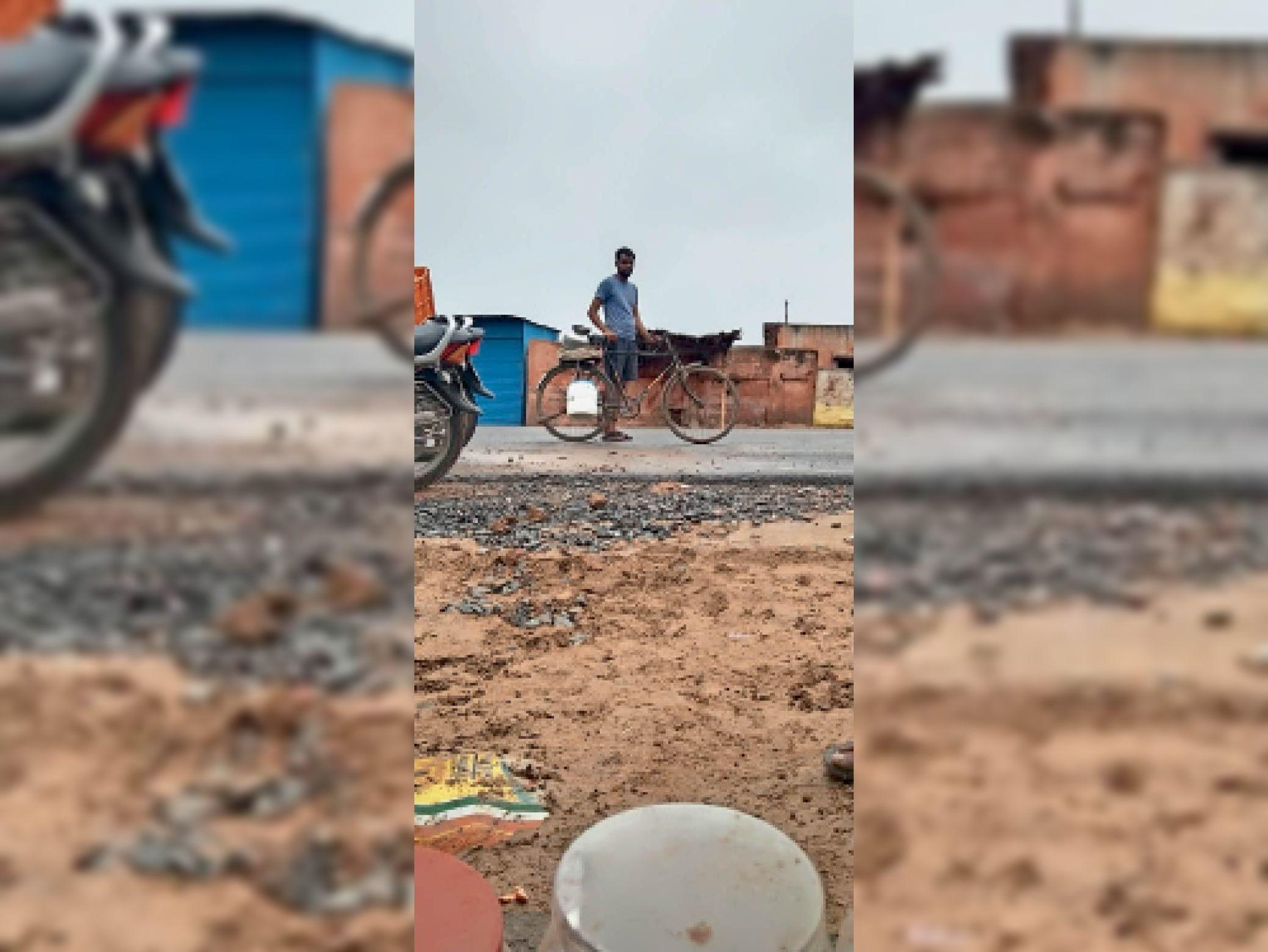 मीठा पानी लेकर आते हुए ग्रामीण । - Dainik Bhaskar