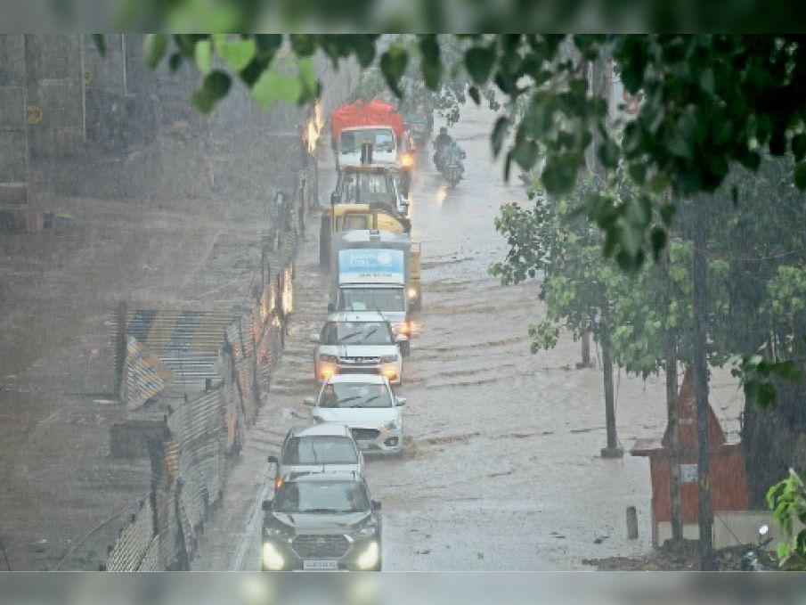 सोमवार को सड़क के दोनों तरफ घंटों का जाम लगा रहा। सड़क के ऊपर से ही 6 इंच तक पानी बह रहा था।
