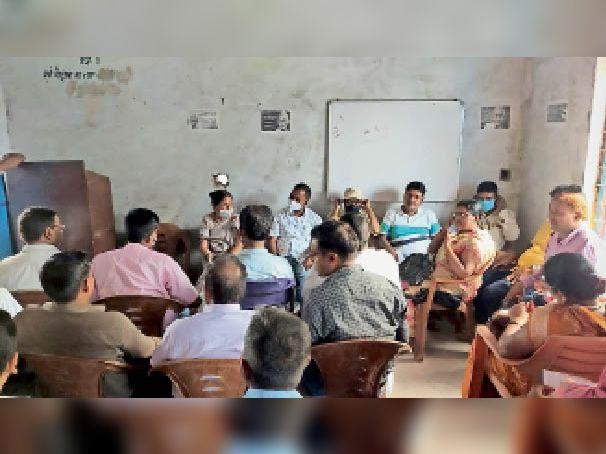 गुरु गोष्ठी में उपस्थित शिक्षक। - Dainik Bhaskar