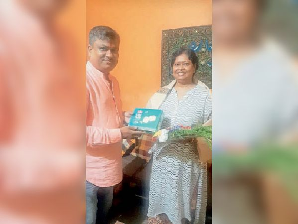 आलोका दत्ता को सम्मानित करते रोटरी क्लब के सदस्य। - Dainik Bhaskar