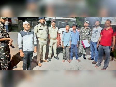 बरामद नाबालिग दोनों बच्चों के साथ एसएसबी व रेल पुलिस। - Dainik Bhaskar