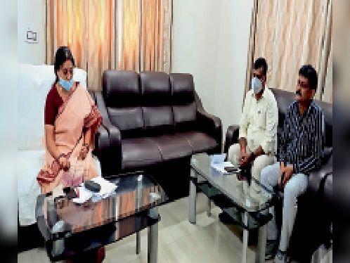 डीटीओ और एमवीआई के साथ बैठक करतीं परिवहन मंत्री। - Dainik Bhaskar